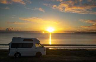 Van devant coucher de soleil sur la mer