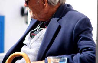 Vielle homme grec attablé en terrasse