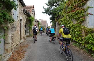 Groupe de cycliste dans un village en bourgogne