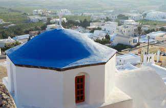 village de Pygros , Santorin, vue sur toit bleu