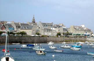 village de roscoff vue de la mer avec des petits bateaux en premier plan