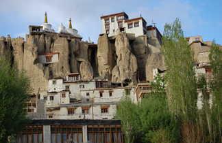 Village et monastère de Lamayuru cerné par les montagnes du Zanskar