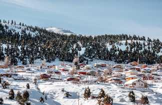 Village sous la neige dans les montagnes du Taurus
