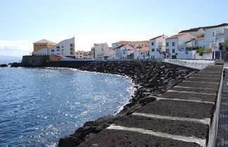 Front de mer de la ville de Horta sur l'île de Faial aux Açores