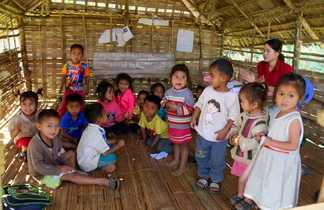 Visite d'une école lors d'un trek au Laos
