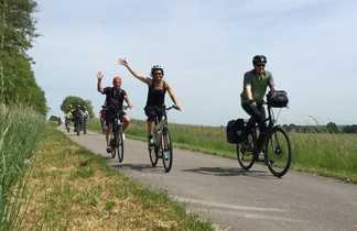 Cyclistes agitent leurs mains sur la voie verte en bourgogne sud