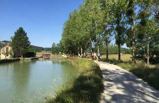 Une groupe des cyclistes au bord du canal sur la voie verte