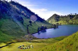 Vue de lac de ranukumbolo sur le volcan Semeru