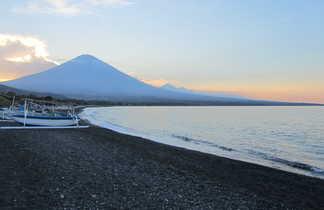 Vue de volcan agung depuis amed