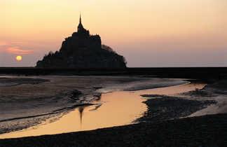 Vue du Mont St Michel au soleil couchant