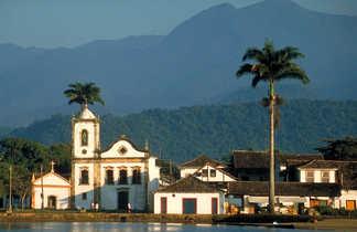 Vue d'une église coloniale sur Paraty au Brésil