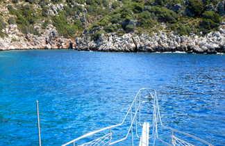 Vue sur la méditerranée depuis l'avant d'un bateau