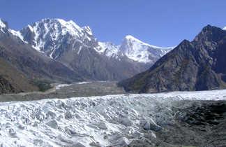 Vue sur le Golden peak (7027 m) et le Malubiting peak (7200 m)