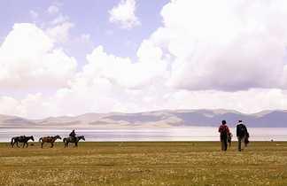 Vue sur le lac song koul et chevaux