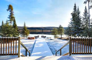 Vue sur le lac Taureau depuis l'auberge du camp Taureau, Québec