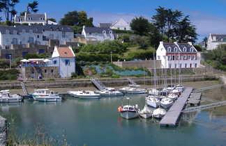vue sur le port et un village typique de Bretagne avec des maisons aux murs blancs et toits gris