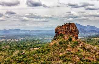 Vue sur le rocher du lion à Sigiriya