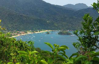 Vue sur le village d'Abraao à Ilha Grande