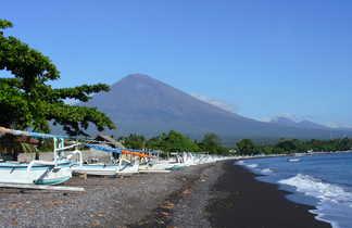 Vue sur le volcan Agung depuis la plage d'Amed