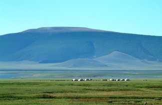 Vue sur les steppes mongoles et les yourtes en Mongolie
