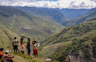 Vue sur une vallée de Papouasie et ses habitants