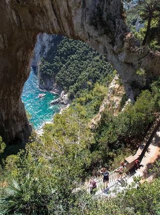 Arche et falaise à Capri au dessus de la mer