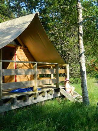 Cabane semi-rigide en forêt