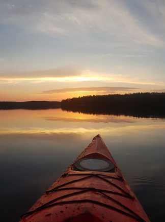 Canoë sur un lac en Finlande