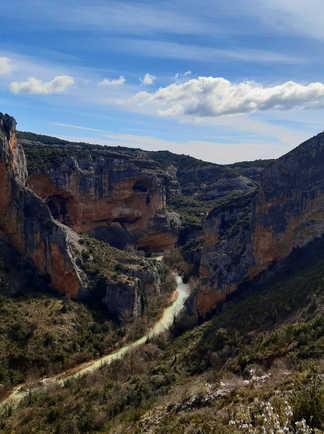 Canyon de la Sierra de Guara en bas les eaux turquoises du Rio Vero