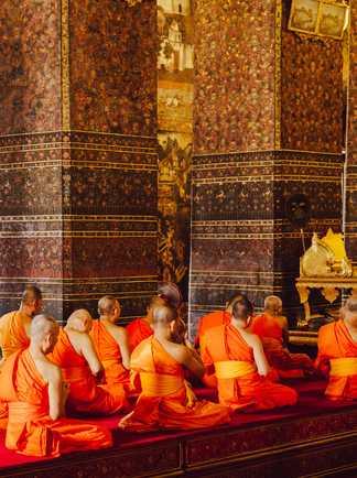 Cérémonie de prière du soir dans un wat en Thailande