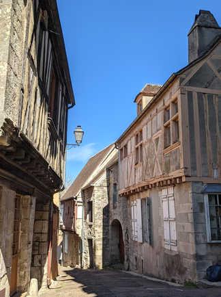 Une rue à clamecy avec des maisons en bois