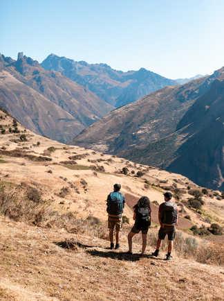 Randonneurs contemplant la Vallée Sacrée