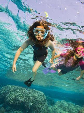 Dans les eaux calmes et chaudes de la Mer Rouge, les plus jeunes s'initient au snorkeling en toute sécurité