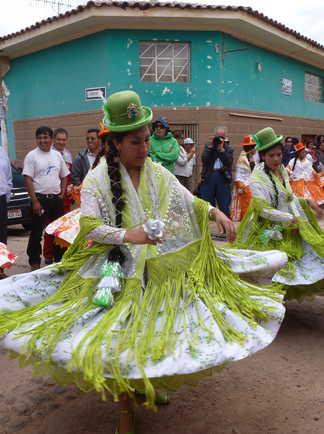 Défilé de danse dans les rues de Maras