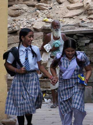 Deux-écolières-indiennes-dans-les-rue-de-Bénarès