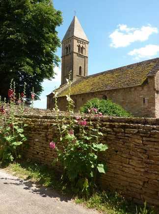 Eglise avec un mur fleuri devant