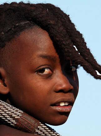 Enfant himba dans la région du Kaokoland en Namibie