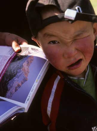 Enfant kirghize faisant une grimace, Kirghizie