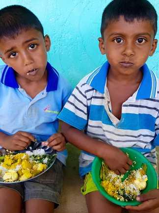 Enfants sri lankais assis et mangeant, Sri Lanka