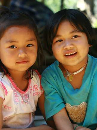 Enfants thaïlandaise dans un village proche de Khao Sok en Thaïlande