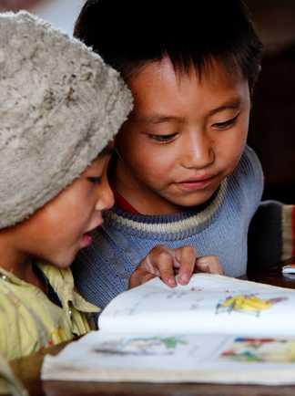 Enfants vietnamien en train d'étudier