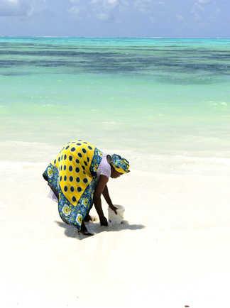 Femme locale à la plage à Zanzibar