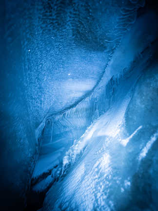 Glace bleue dans la grotte de Larsbreen