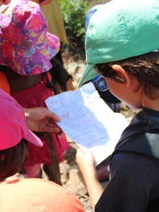 Groupe d'enfants cherchant une énigme durant une chasse au trésor