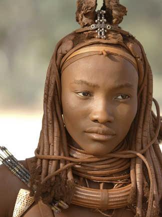 Jeune femme himba dans la région d'Opuwo en Namibie