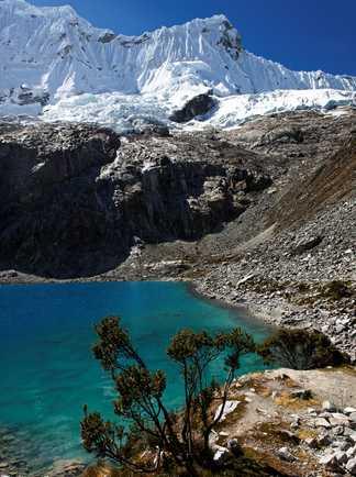 Lac turquoise et glacier, dans la cordillère blanche