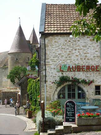 L'auberge avec la terrasse et panneau à châteauneuf