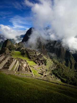 Le Machu Picchu entre les nuages dans la Vallée Sacrée au Pérou