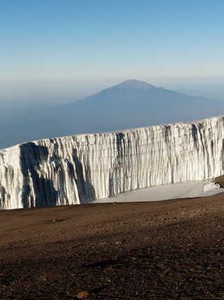 Le Mont Meru à l'aube derrière un glacier du Kibo
