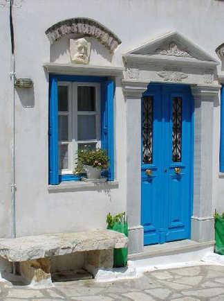 maison blanche à volets bleus en Grèce
